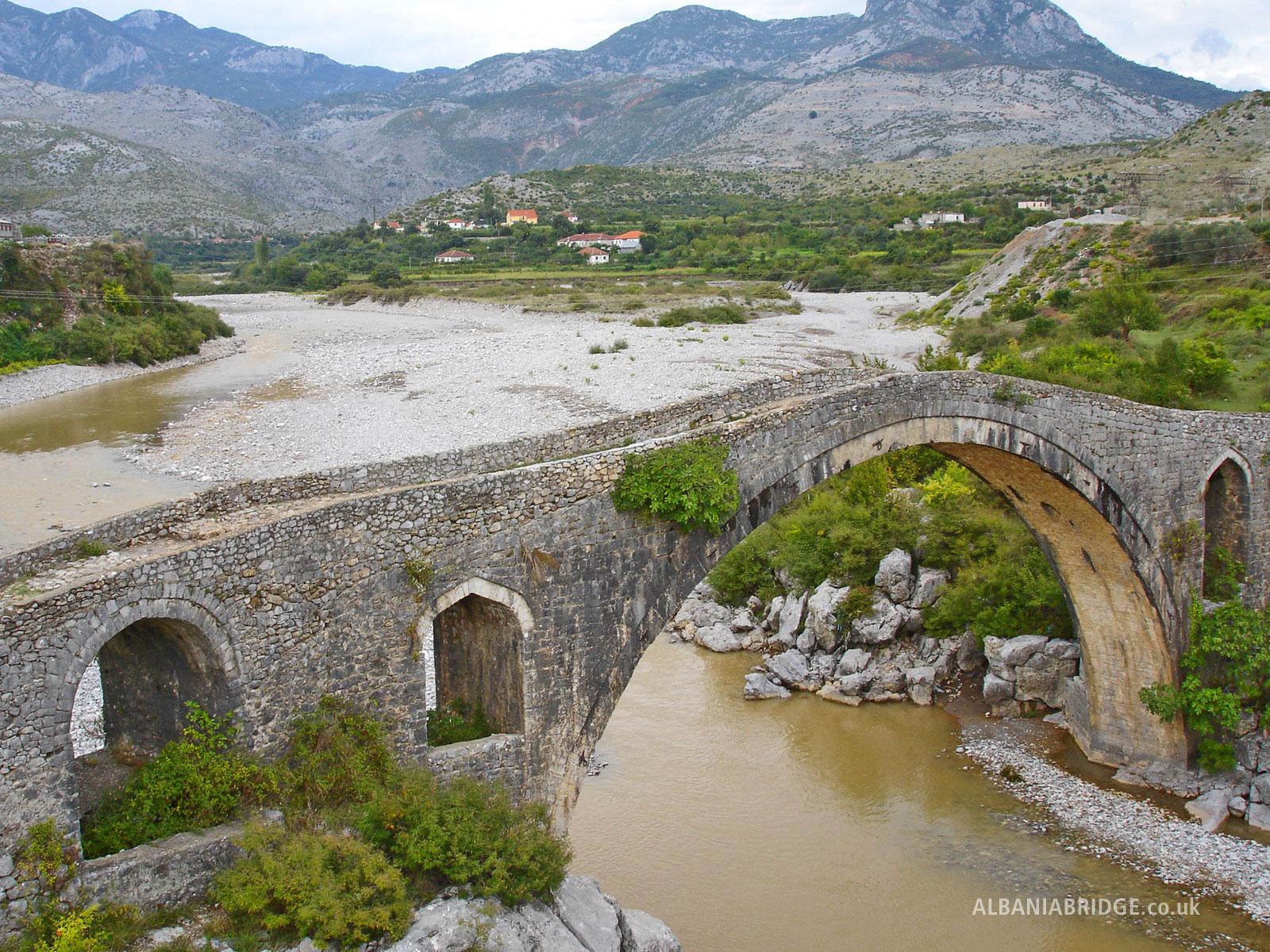 старый мост в албании